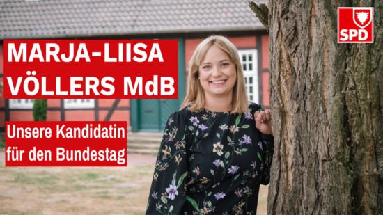 Marja-Liisa Völlers neben einem Baum